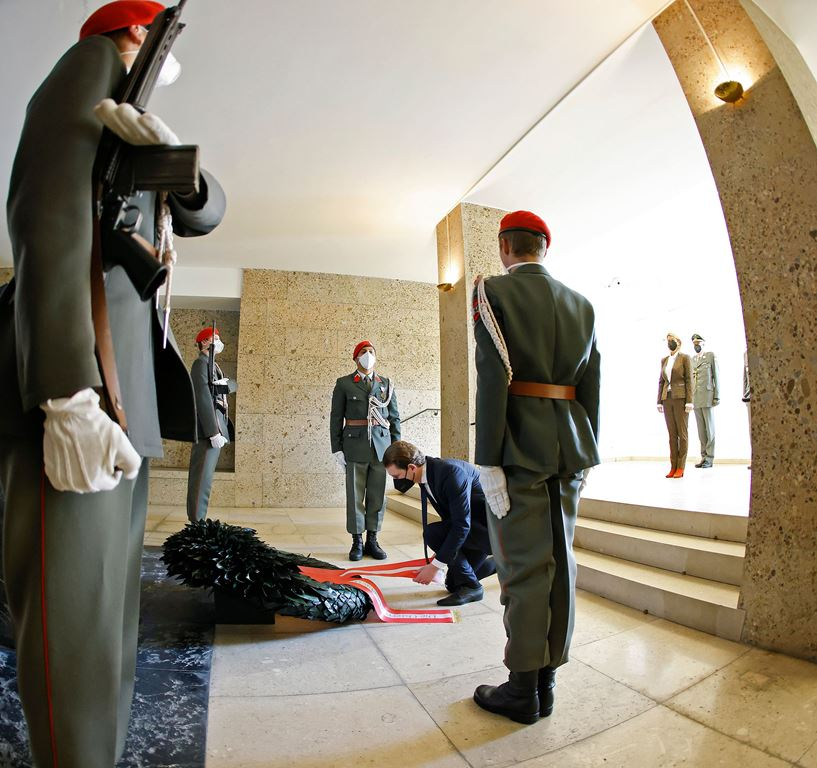 Am 27. April 2021 fand anlässlich der 76. Wiederkehr des Tages der Wiedererrichtung der Republik Österreich eine feierliche Kranzniederlegung im Weiheraum und in der Krypta des äußeren Burgtors statt. Im Bild Bundeskanzler Sebastian Kurz.