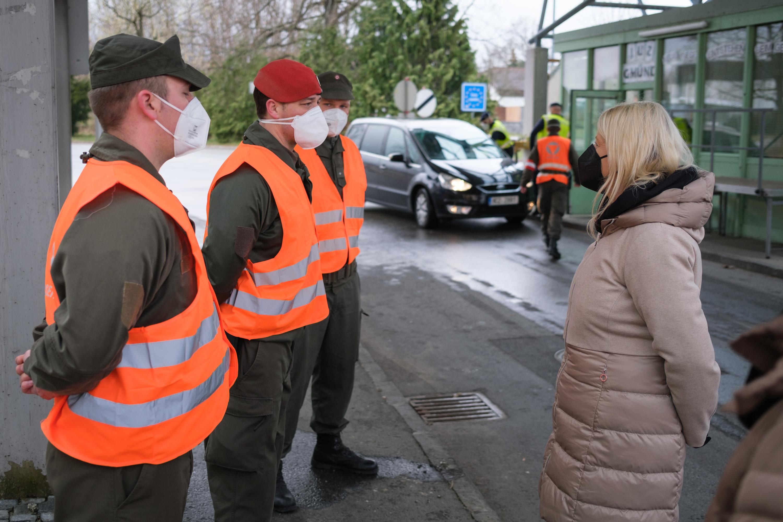 Osterbesuch von FBM Klaudia Tanner am 03 04 2021 bei den Assistenzsoldaten an der Staatsgrenze/Gmünd/NÖ